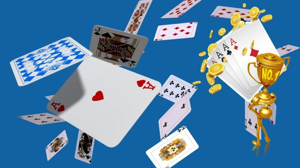 What are the advantages and disadvantages of free play poker tournaments?